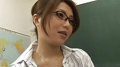 Azjatycka nauczycielka robi loda swojemu uczniowi